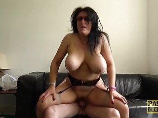 Sabrina jade, de pecho grande, disfruta de ser follada duramente