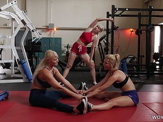 Fit milfs ayant des relations sexuelles lesbiennes dans la salle de gym