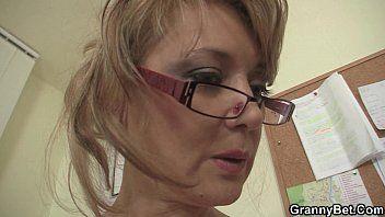 Офисная женщина в белых чулках скачет на его шланге