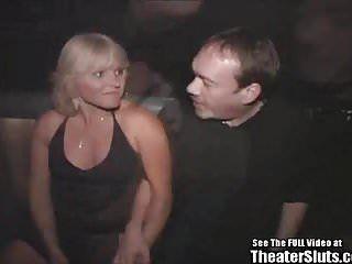 Festa del sesso di gruppo in teatro porno con milf dai capelli dorati