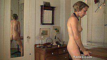 Kinky kiki rubbing her muff