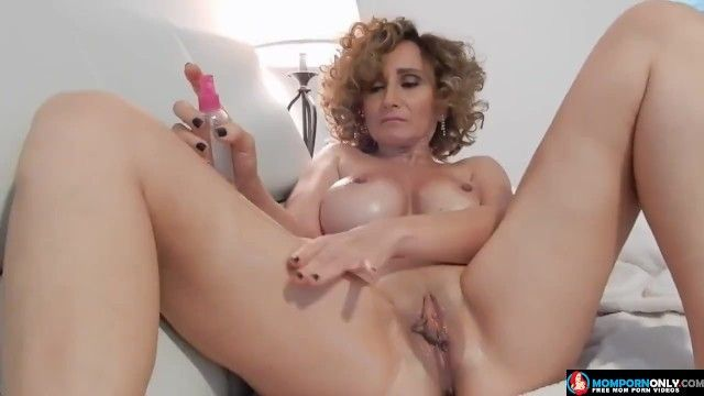 Iranian mamma masturbating in her ottoman