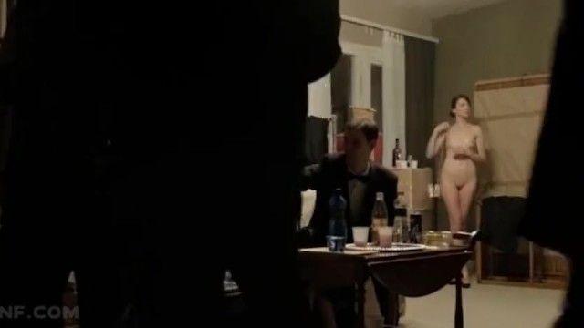 Enf- femme est la seule déshabillée lors dune fête - humiliée