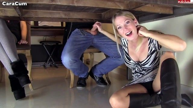 Каракум блондинка дрочит под столом